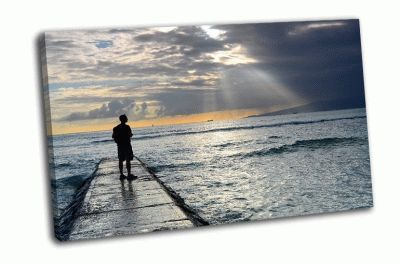 Картина человек на пристани на фоне солнца