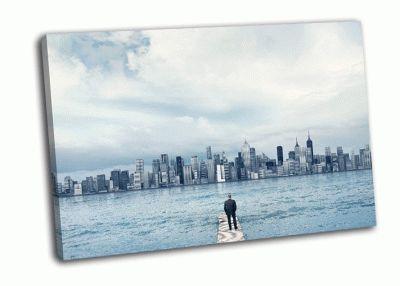 Картина человек смотрящий на город