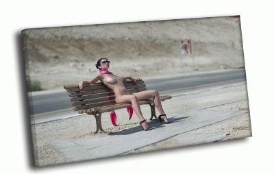 Картина дама в шарфе на скамейке