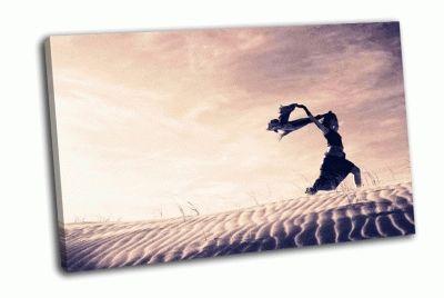 Картина женщина держащая дующий шарф