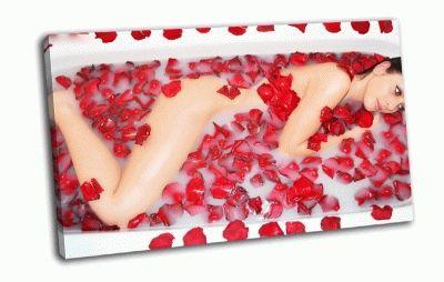 Картина красотка в лепестках роз