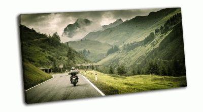 Картина мотоциклист на нагорном шоссе