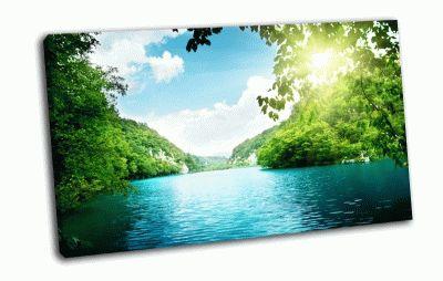 Картина озеро в густом лесу