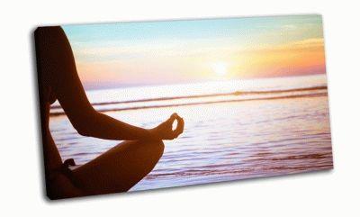 Картина практикующий йога на закате, средиземное море