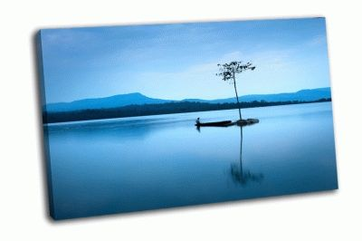 Картина рыбак в лодке на озере