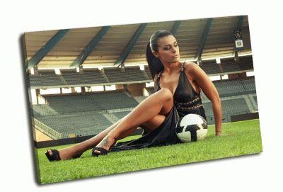 Картина сексуальная девушка с футбольным мячом