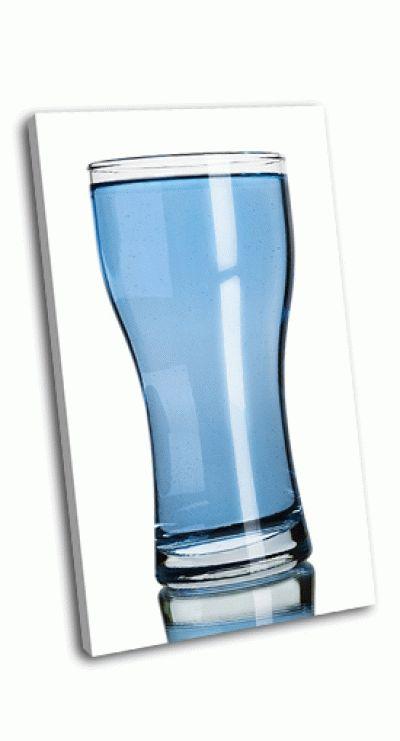 Картина стакан воды на белом фоне