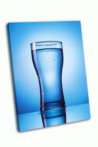 Картина стакан воды на синем фоне