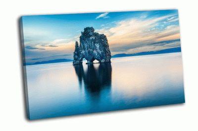 Картина впечатляющие скалы в море