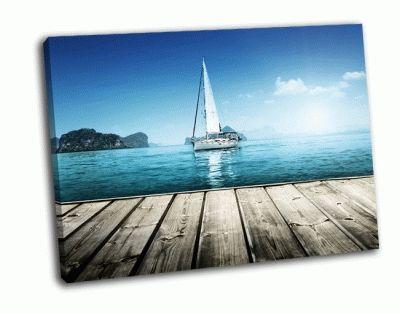 Картина яхты и деревянные платформы