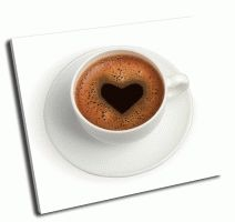 Белая чашка кофе с сердцем