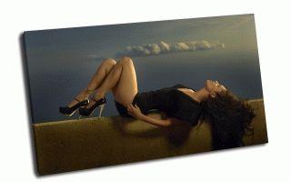 Девушка в черном на фоне облаков