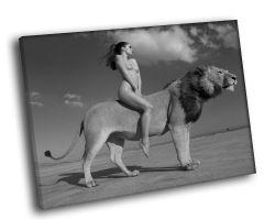 Девушка верхом на льве