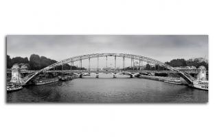 Железный мост в центре Парижа