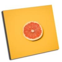 Грейпфрут на желтом фоне