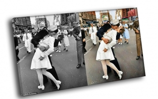 Моряк целует медсестру на Тайм Сквер