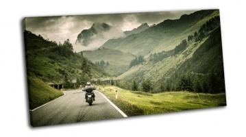 Мотоциклист на нагорном шоссе