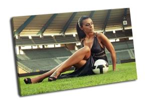 Сексуальная девушка с футбольным мячом