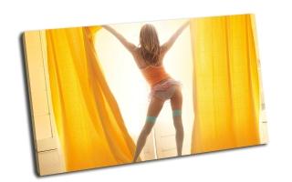 Солнечная девушка перед окном