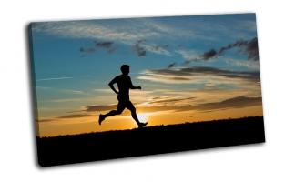 Спортсмен бегущий на закате