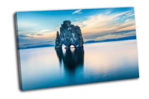 Впечатляющие скалы в море
